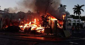 Fuego en dos casas ubicadas en la calle Simón de la Torre en el centro urbano de Ponce. (Twitter / @marlesesifre)