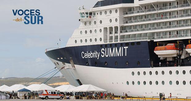 El crucero Celebrity Summit tiene capacidad para 2,216 pasajeros y 984 tripulantes. (Voces del Sur / Pedro A. Menéndez Sanabria)