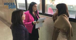 Las fiscales del caso son Tasha Cruz Rodríguez y Ruth Miriam Pérez conversan con la abogada de Juan Luis Cornier Torres, Noemí Beltrán. (Voces del Sur / Michelle Estrada Torres)