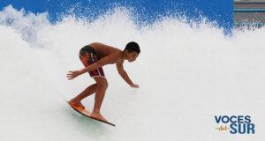 Un joven practica el surf en el Wave Oz FlowRider del Arroyo Surfing Park.