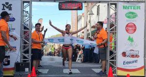 La puertorriqueña Beverly Ramos estableció hoy una nueva marca nacional para la distancia de 21 kilómetros al ganar la rama femenina del Medio Maratón San Blas de Illescas de Coamo con tiempo de 1:15:50. (Facebook / Municipio Autónomo de Coamo)